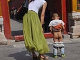 女游客带男童在故宫随地小便