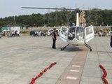 土豪租直升机献万朵玫瑰求婚