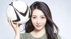 认真看球!柳岩露脐装拍写真化身足球女神