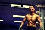 """""""生命斗士""""患癌20年仍坚持锻炼 肌肉壮如岩石"""
