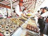 北京小吃街炸蜈蚣等生意火爆