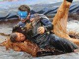 肉汁摔跤锦标赛:选手在浓汤中翻滚