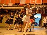 武汉女老板忙完生意隔街斗舞