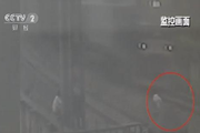 5名少年比胆 逼停火车