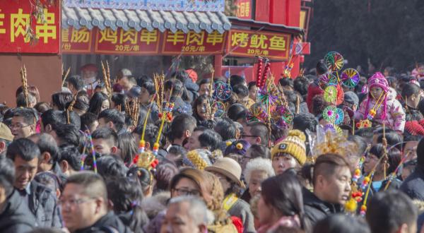 北京庙会环卫工人:1天扫四五千根肉串竹签