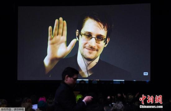 Snowden is developing a new type of mobile phone cover to avoid the intelligence sector surveillance