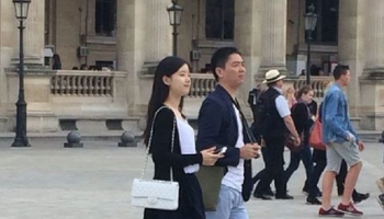 娱乐 正文 刘强东与老丈人合影,奶茶妹妹的父亲名叫章丽厚,是南京会