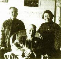 1969年11月19日,文化大革命中,启功(后左)在给造反派抄写大字报之余与刘乃和(后右)看望老师陈垣先生留影,师生之情溢于言表。.jpg