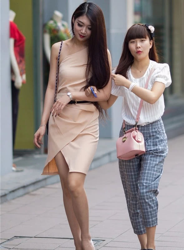 路人街拍:身穿裸粉色的连衣裙,斜肩款式,更加贴近肤色