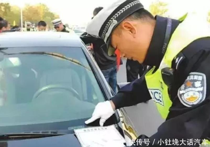 男子买新车后,刚挂上临时车牌就被吊销驾照?车主:车还没焐热!