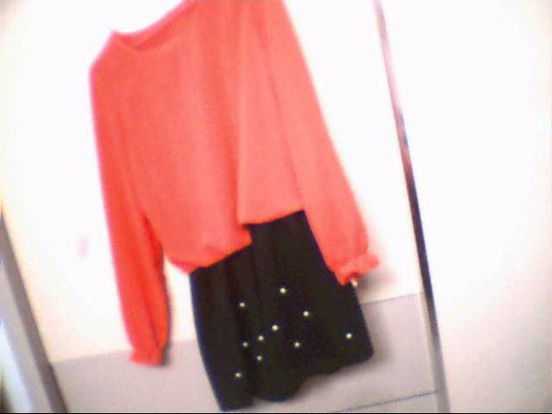 桃红色上衣黑色裙子配什么颜色的丝袜和鞋子