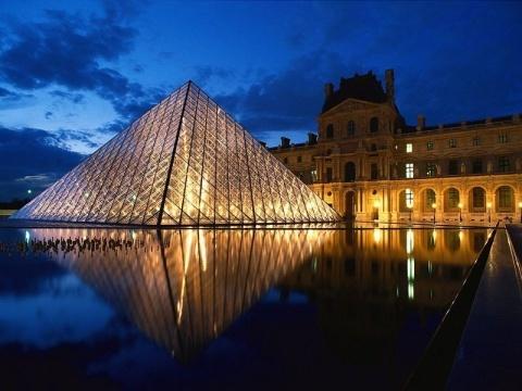 金字塔作点缀,与七个三角形喷水池汇成平面与立体