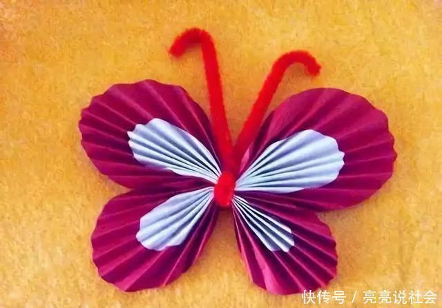 将制作好的蝴蝶翅膀和触角粘贴到蝴蝶的身体上.