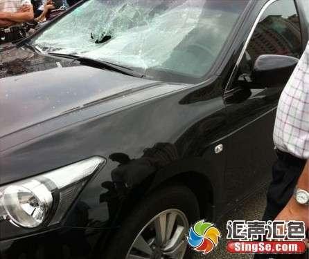请问汽车前挡风玻璃为什么一拳就能打碎呢?