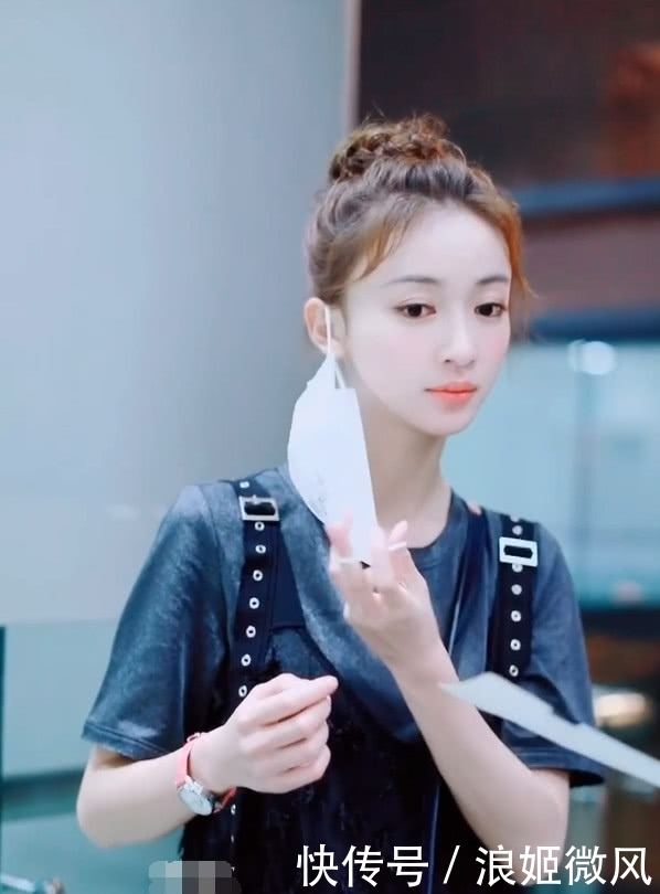 吴谨言身穿灰色T恤外搭黑色羽毛薄纱长裙 气质和魅力展现到极致插图(4)