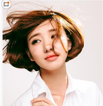 凌乱的短发波波头发型显露出别致的知性范,将耳畔处打造出内扣来不仅