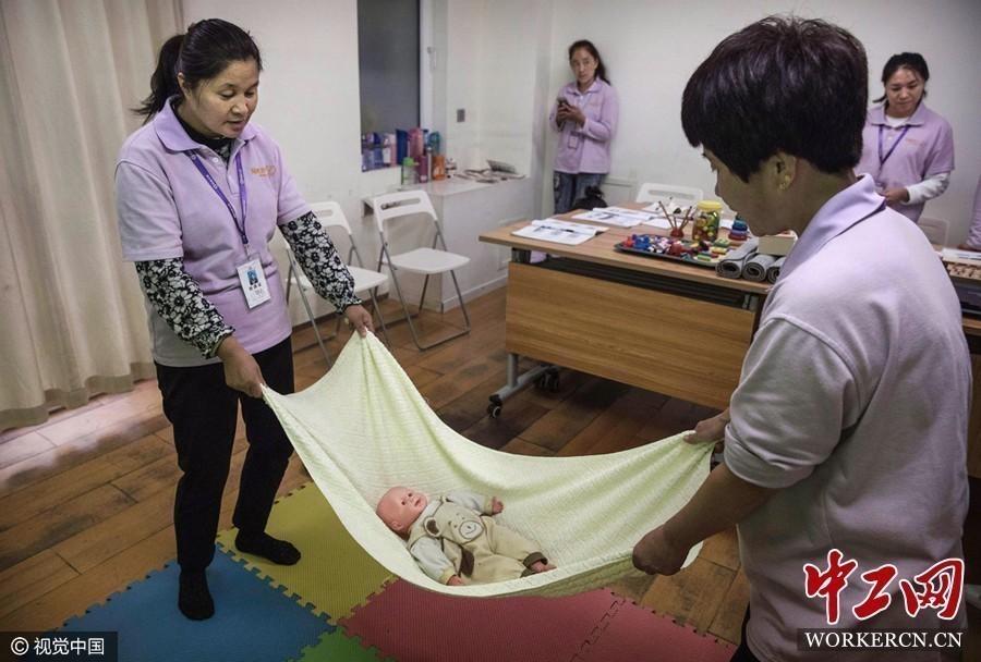 2016年10月,北京,妇女们参加阿姨大学的月嫂培训课程.