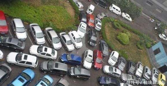 """60万买的停车位却被豪车霸占,车主上演""""叠罗汉"""",霸气"""