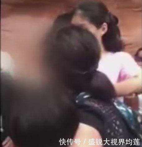 上海迪士尼一男孩插队被工作人员制止 家长诸多袒护