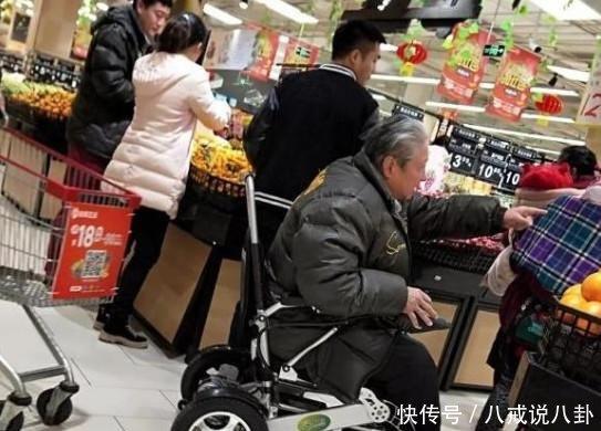 洪金宝坐轮椅现身商场,腿部纤细无比,妻子确认无障碍转身离开
