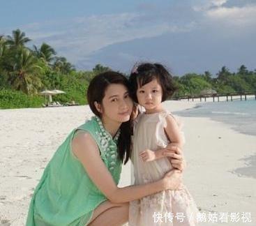 洪欣和母亲携女儿一起逛街,四岁的张晞彤全程