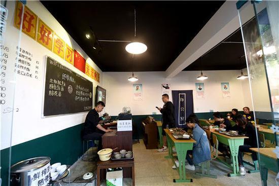 """""""不挂科""""餐馆成""""网红"""" 吃饭像"""