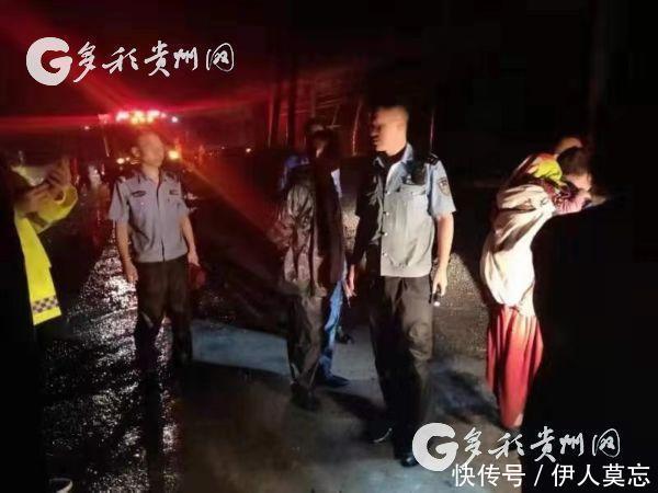 「视频」洪涝袭来民警背起小孩就往外跑