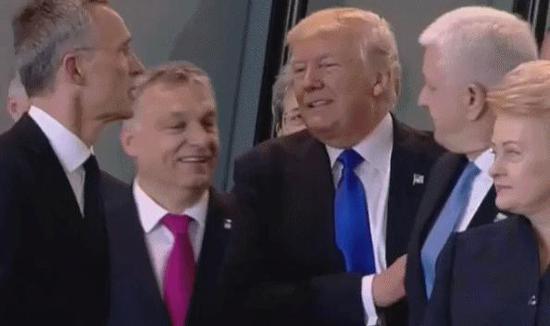 美国优先!特朗普一手推开黑山总理 与他人交谈 - 耄耋顽童 - 耄耋顽童博客 欢迎光临指导