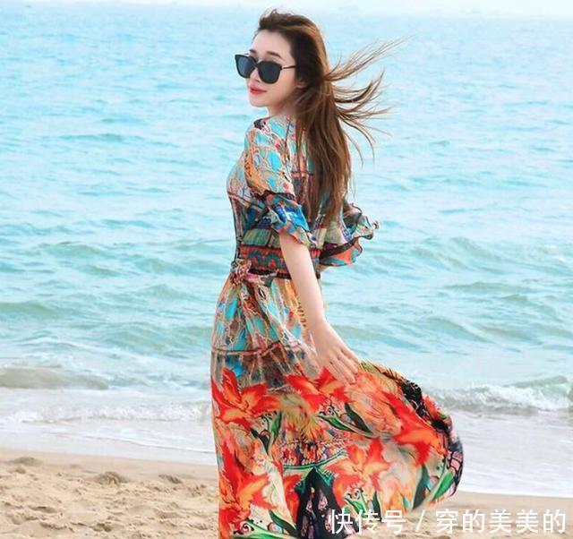 七月去海边度假,爱美女人要打扮精致点,以下这3款,不妨照着穿