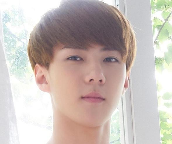 把exo的里想要的发型图片给理发师看