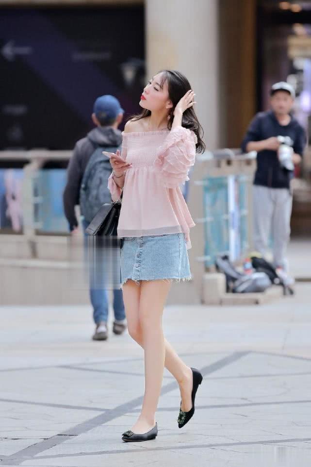 """路人街拍:秀发飘逸的小姐姐,一袭""""水蜜桃""""色的上衣很甜美!"""