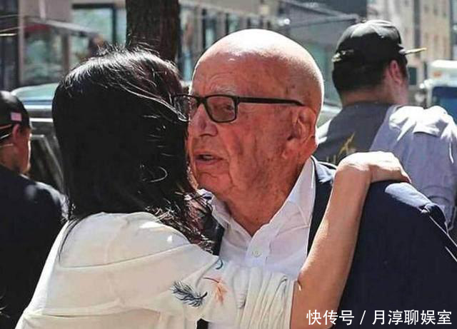 邓文迪携女儿看望前夫, 八旬的默多克感动不已, 激动地亲吻女儿!