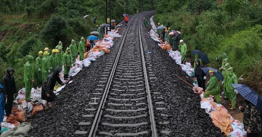 乐山强降雨致铁路遇险情 18趟旅客列车运行受阻