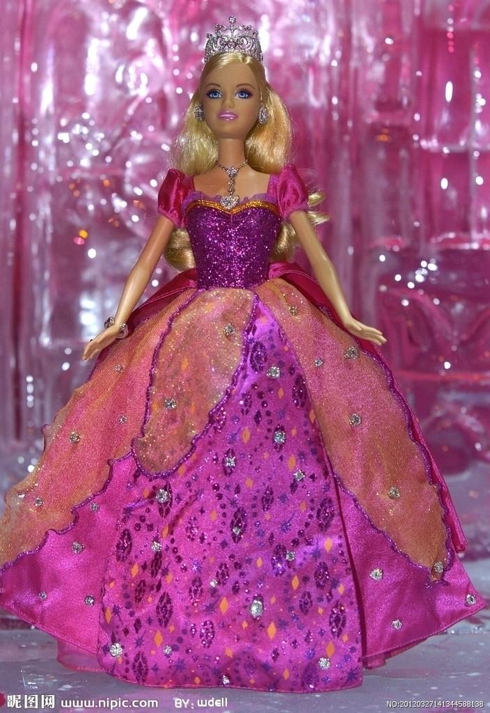 1.《芭比与胡桃夹子的梦幻之旅》(2001年)在2001年芭比娃娃却一改往日静止不动的样子,突然动了起来。一直为千万女孩渴望拥有的芭比娃娃正式进军影坛,推出她的处女作动画影片《芭比与胡桃夹子的梦幻之旅》(Barbie in the Nutcracker)这是一部长75分钟的动画片,是专门为少女和小女孩们设计的。本片通过最先进的CGI电脑动画制作技术,全新演绎霍夫曼的名著《胡桃夹子》,片中芭比饰演女主角嘉娜,她收到胡桃夹子送给她的一份精致的生日礼物,当晚进入梦乡时,邪恶的恶鼠王企图闯入并下了可怕的咒语,胡桃