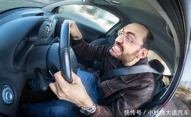 <b>开车时油门突然卡死怎么办?老司机都是这样做的,新手要记好了!</b>