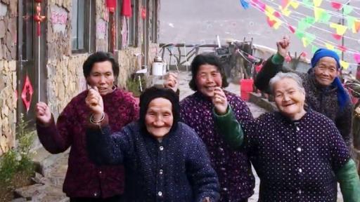 女孩带着村里老人跳网红舞,千岁组合平均年龄80岁,许诺一起分红