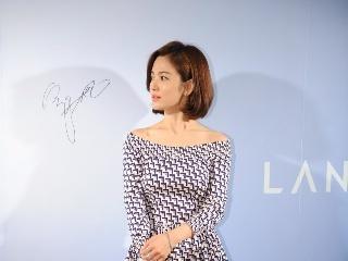宋慧乔身穿印花连衣裙出席某活动,网友:这身裙子显老气