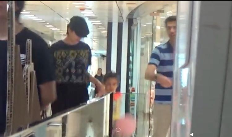 梁咏琪夫妻陪女儿逛商场,4岁女儿身高惊人,颜值超像母亲