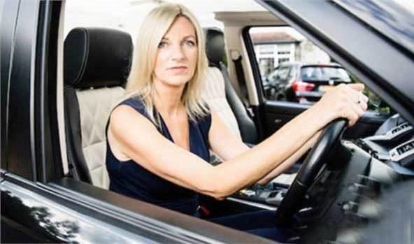 """女子苦考驾照31年,被当地驾校拉入""""黑名单"""""""
