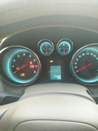 之后仪表盘上出现方向盘和发动机故障灯,还有一个汽车上有