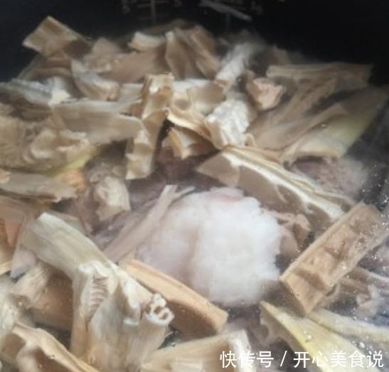 <b>《秋姐煲汤课》:黑猪扇骨煲笋干汤,用矿泉水煲的汤汁更加清甜</b>