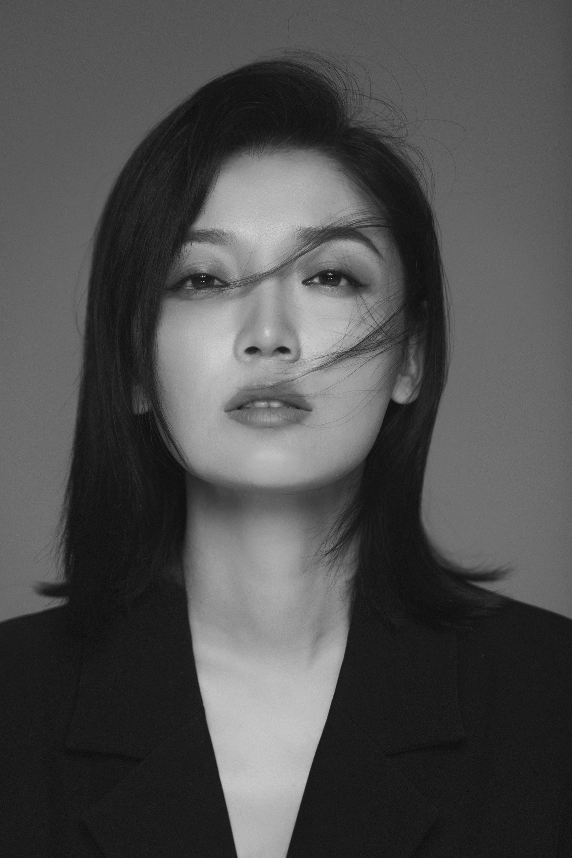 高晓菲黑白写真,气质十足展女性力量
