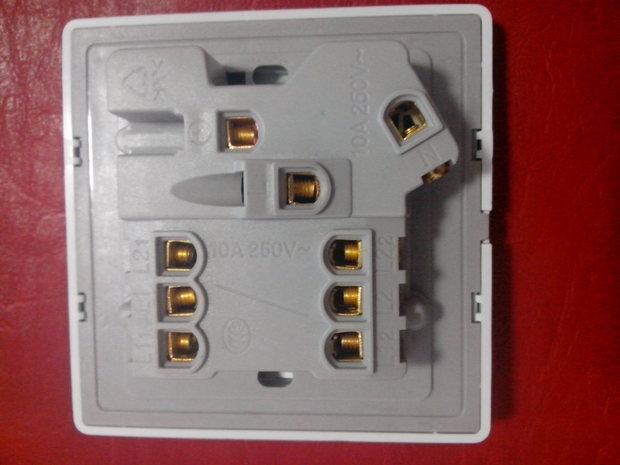 一、开关控制插座: 1、火线接L1 ; 2、找一段电线,将电线的一端接L11(L12 空着不接),电线的另一端接L ; 3、零线接N ; 4、地线接〨(如果没有地线,此处也可以空着不接)。 二、开关控制电灯: 1、火线接L ; 2、找一段电线,将电线的一端与火线一起也接到L 上,电线的另一端接L1 ; 3、L11 接灯座的一端,(L12 空着不接),灯座的另一端接零线; 4、零线接N ; 5、地线接〨(如果没有地线,此处也可以空着不接);望亲采纳 谢谢!