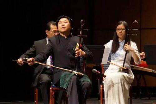 《扬州小调》《弹起我心爱的土琵琶》拉开序幕,以女指挥家韩丽指挥的