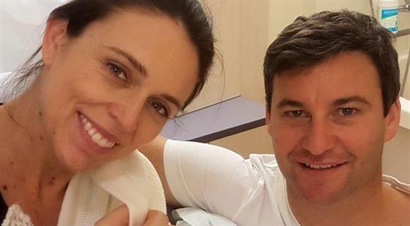 新西兰女总理喜得千金 晒与男友和女儿全家福
