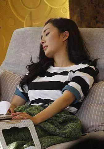 下面我们就来看一下当红明星拍戏片场累到睡着的样子~ 王俊凯曾经一度