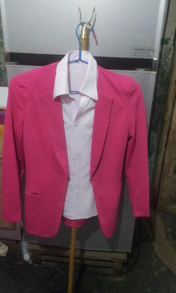 淡粉色衬衫玫红色西装外套搭配蓝色牛仔裤鞋子这样吗