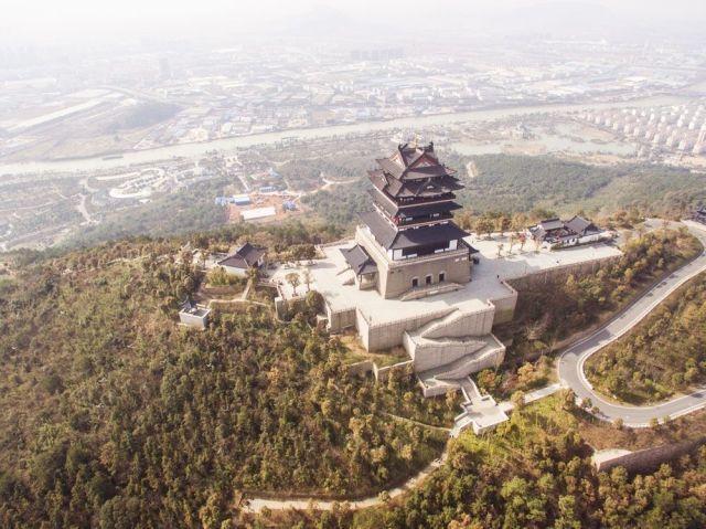 【仁皇山风景区】 仁皇山位于浙江省湖州市北面的太湖度假区,山似
