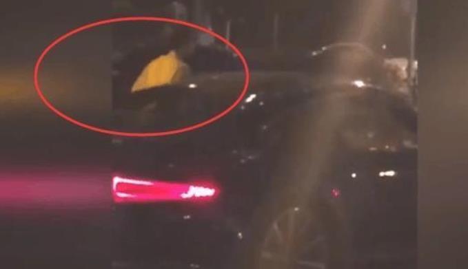 女子深夜主动搭讪土豪车主,女子正要上车,看见副驾驶车窗后十分尴尬