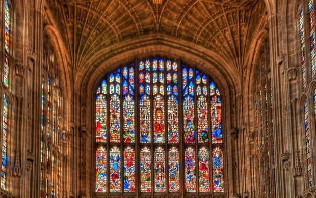 制作好的彩色玻璃安装在教堂的窗户上